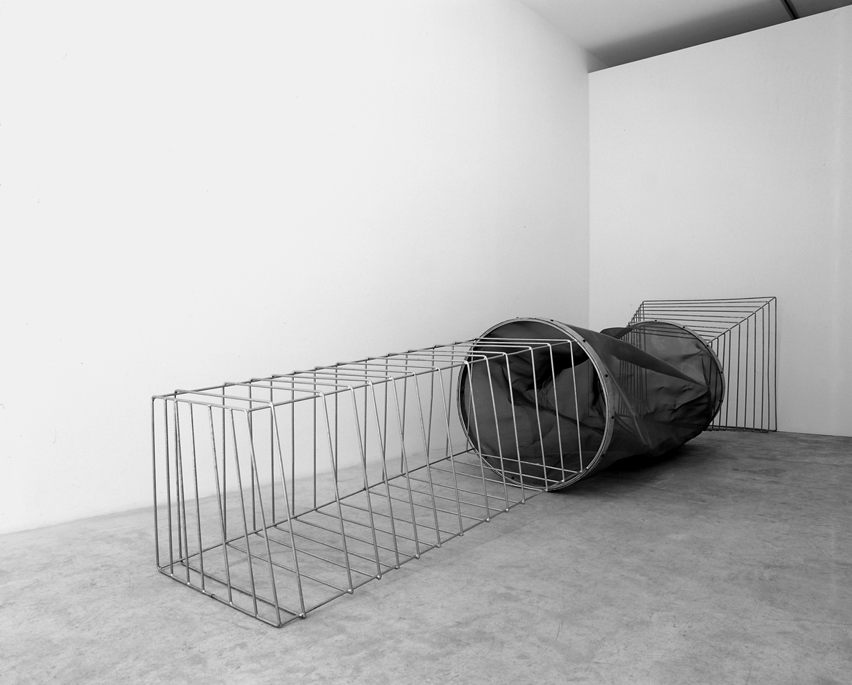 La Linterna III, 2003, galvanized iron and stainless steel, 110,5 x 474 x 100,5 cm. Galeria Maior