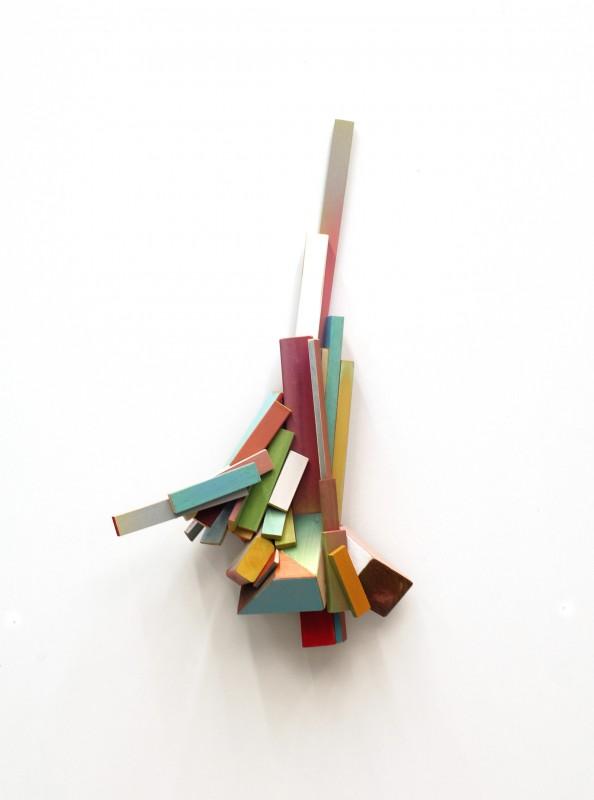 Cluster nr. 15, 2016, madera policromada, 80 x 44 x 17 cm.