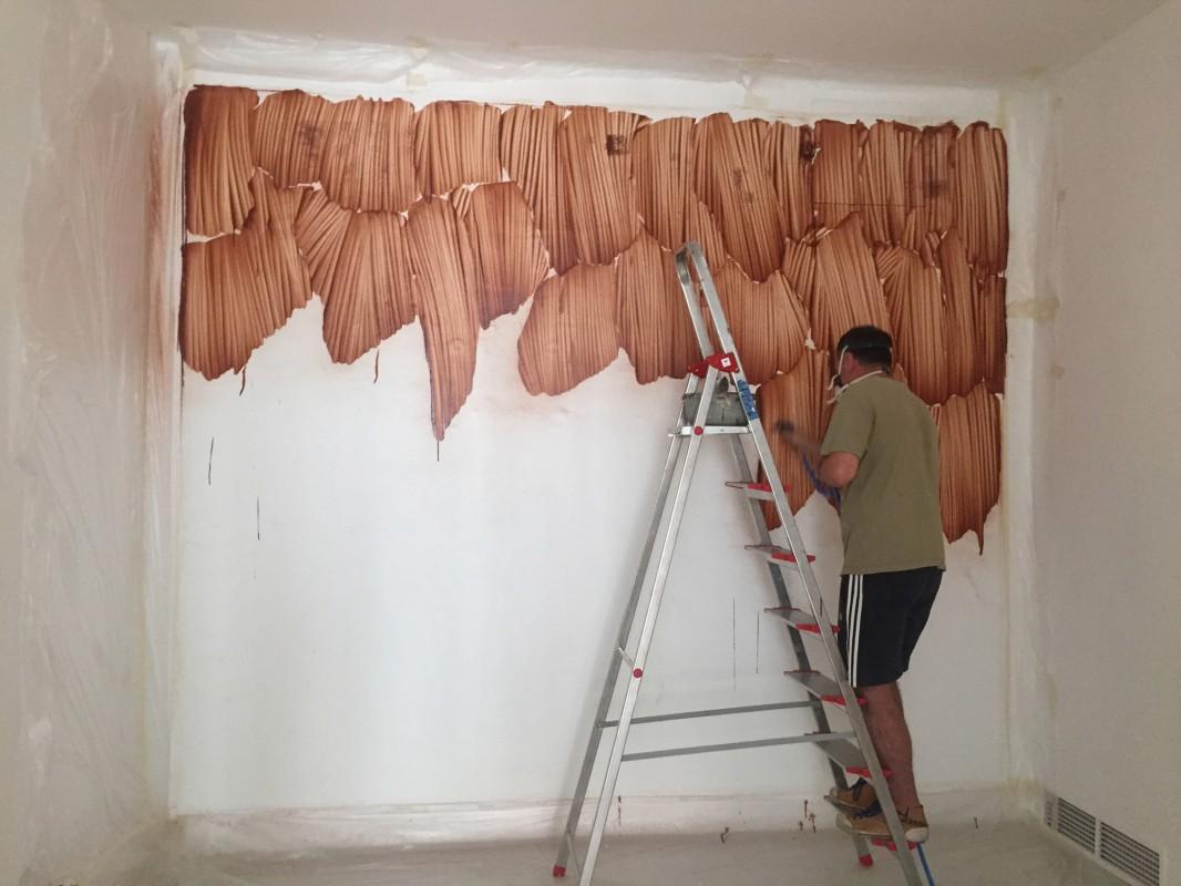 Daniel Verbis durante la realizacion del mural en la Galeria Maior de Palma, septiembre de 2016