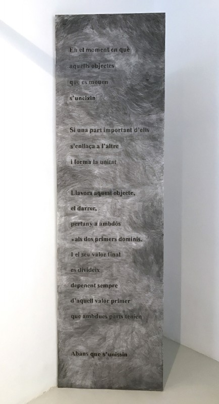 Dibuix, 2016. Carboncillo sobre papel y madera, 285 x 80 cm.
