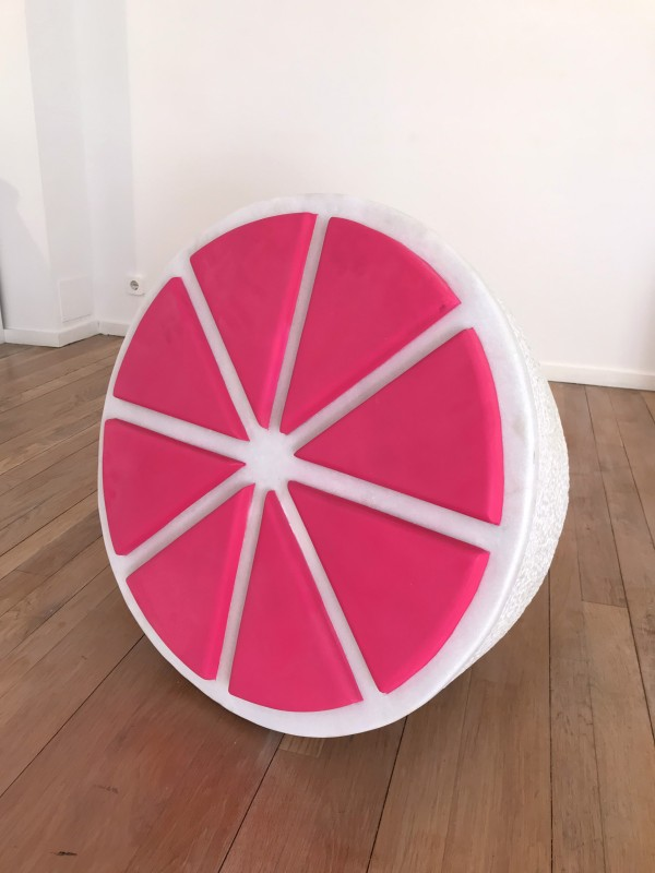 Lemon fluor rosa, 2018, white marble and painting, 70 x 70 x 60 cm.