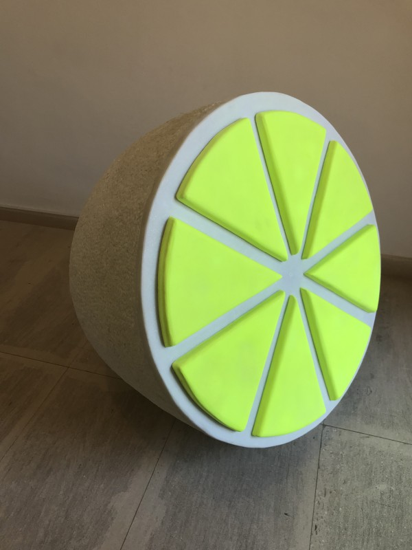 Lemon fluor amarillo, 2018, white marble and painting, 72 x 72 x 72 cm.
