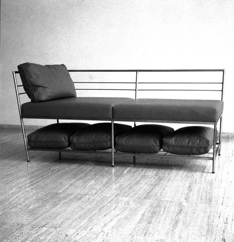 Chaise Longe, 1998, acero inoxidable y piel, 80,5 x 177,5 x 80 cm.