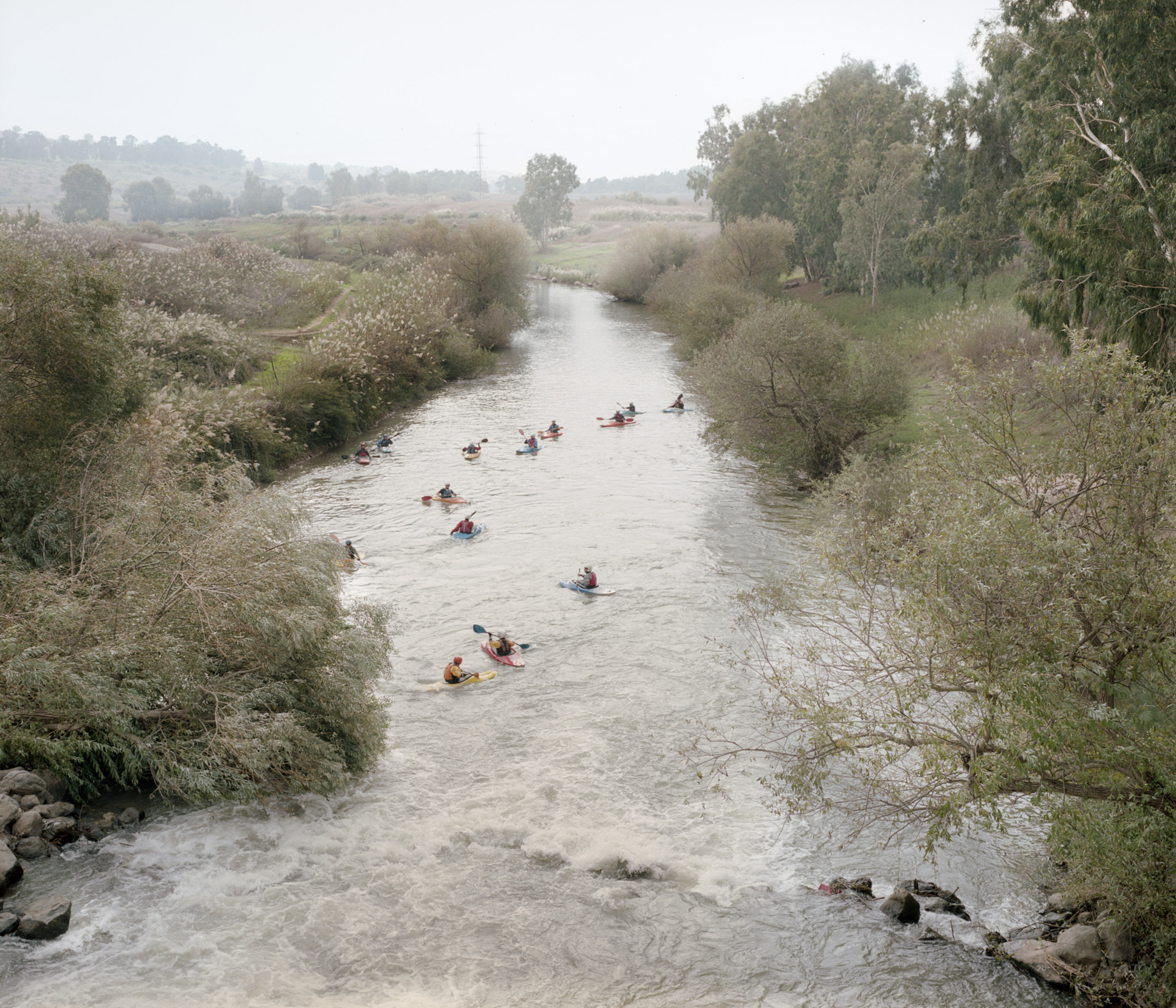 'Canoeists on Jordan River, Israel', 2013, fotografía color, 40 X 46,6 cm.