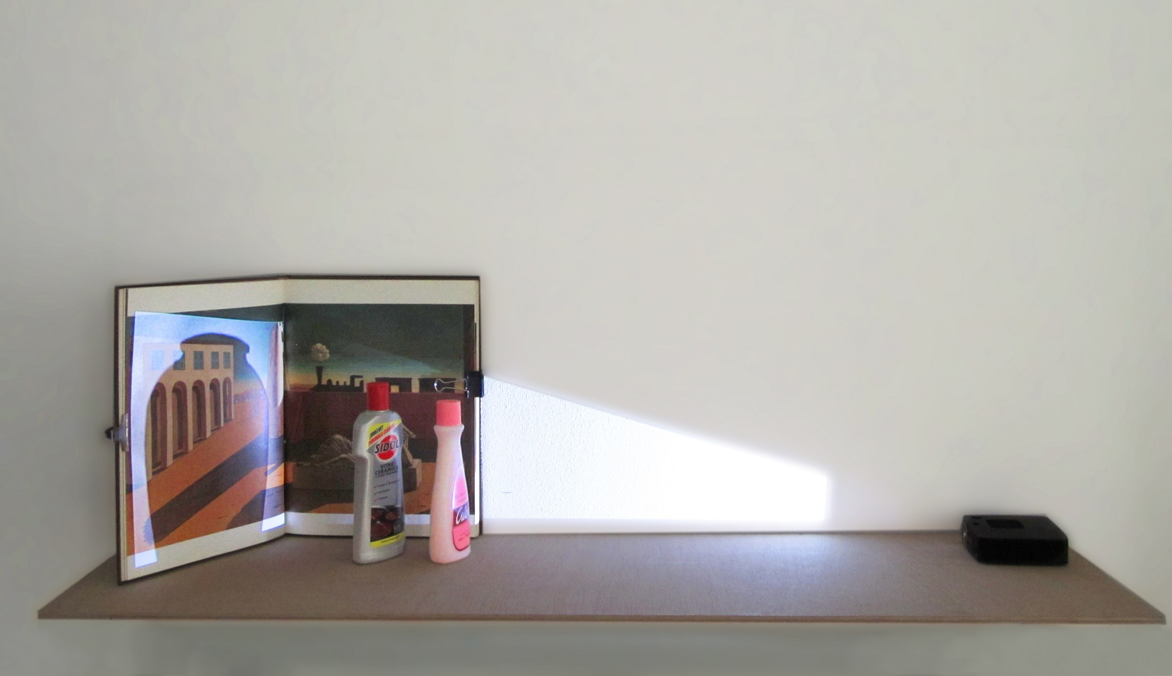 La sombra que habla, (ed.3), 2013, projection, video and packaging