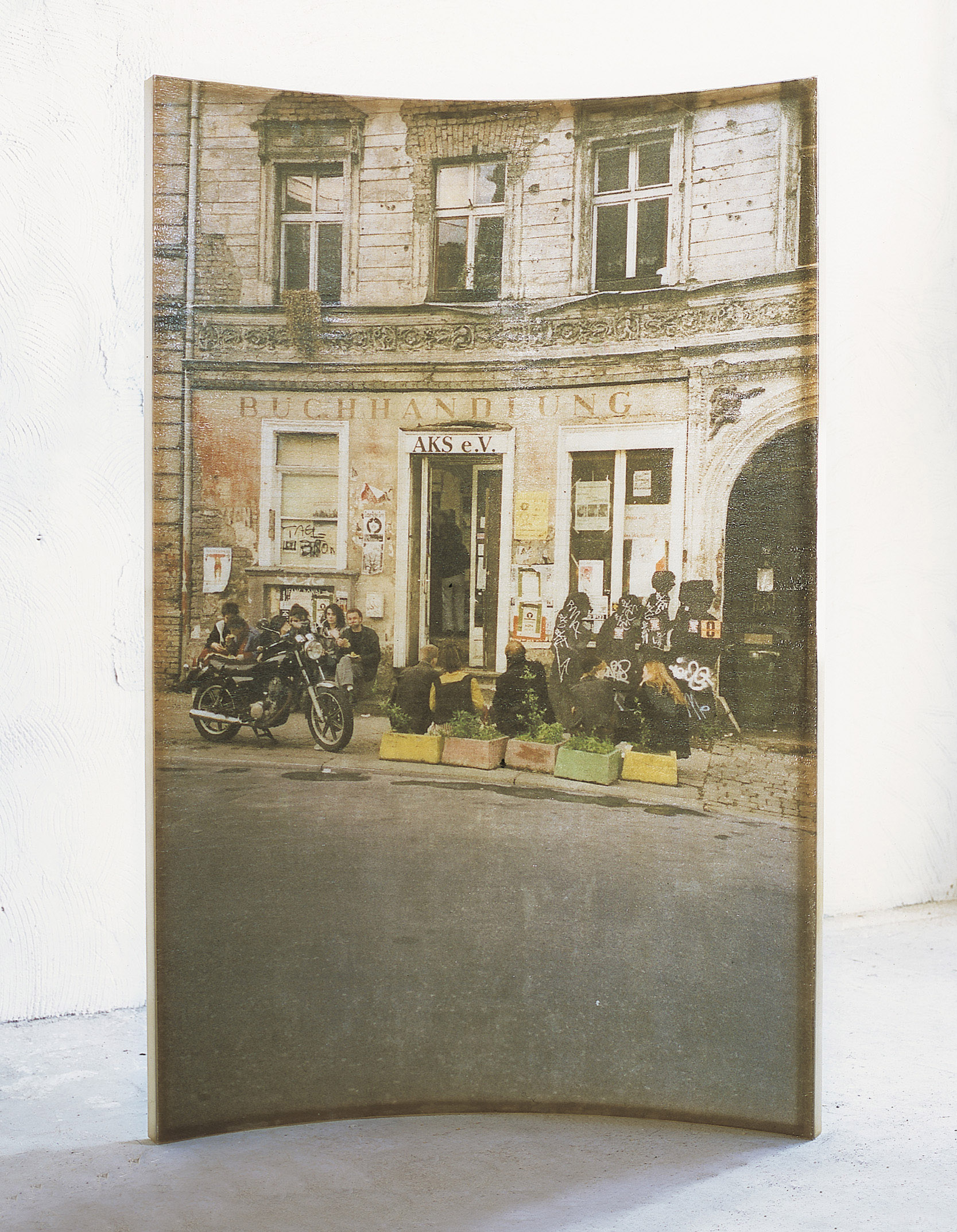 Amador. 'L'home i la ciutat', 2000, polyester resin and fotography, 240 x 163 x 35 cm.