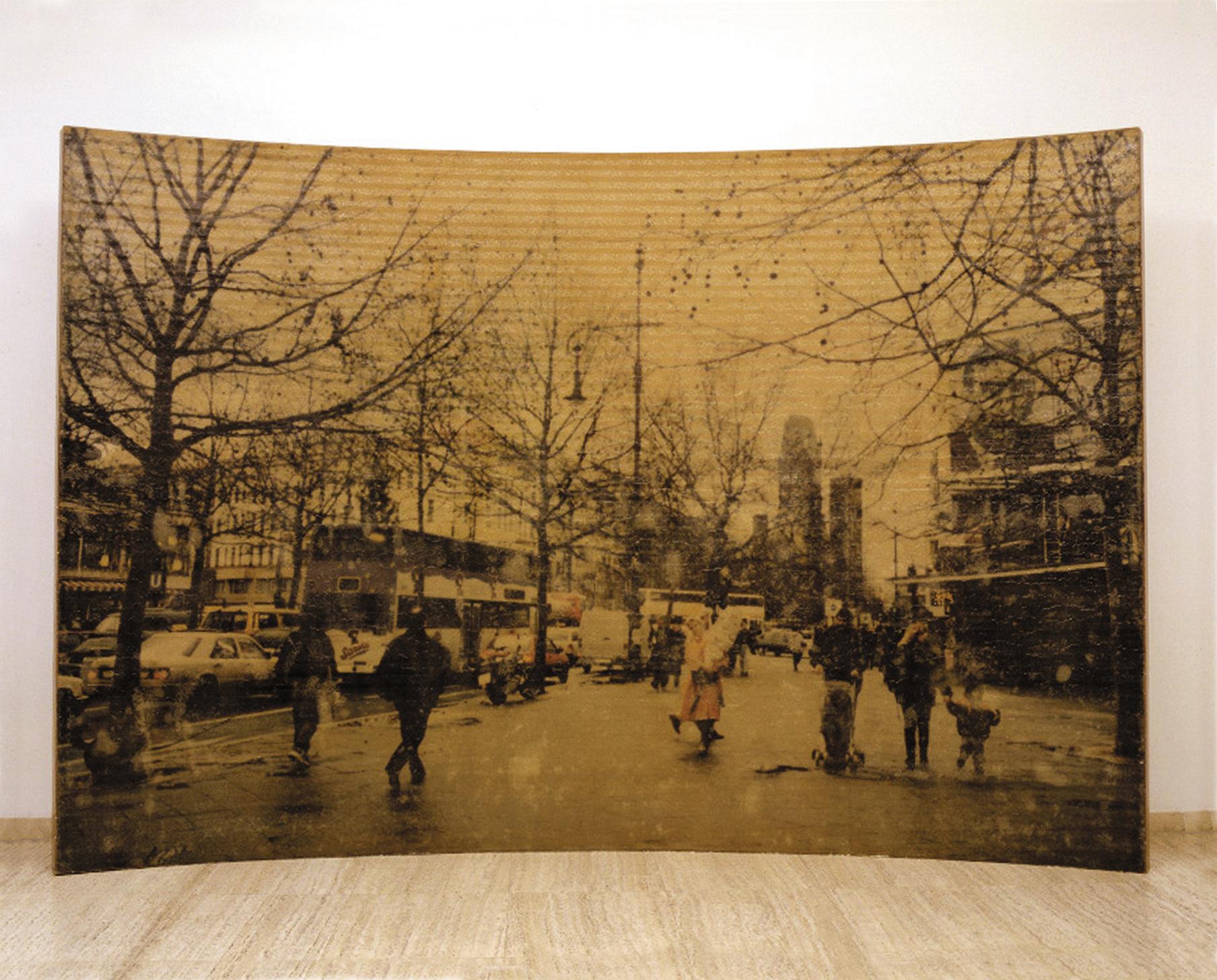 Amador. Lhome i la ciutat, 2000, resina de poliéster y fotografía, 200 x 300 x 40 cm.