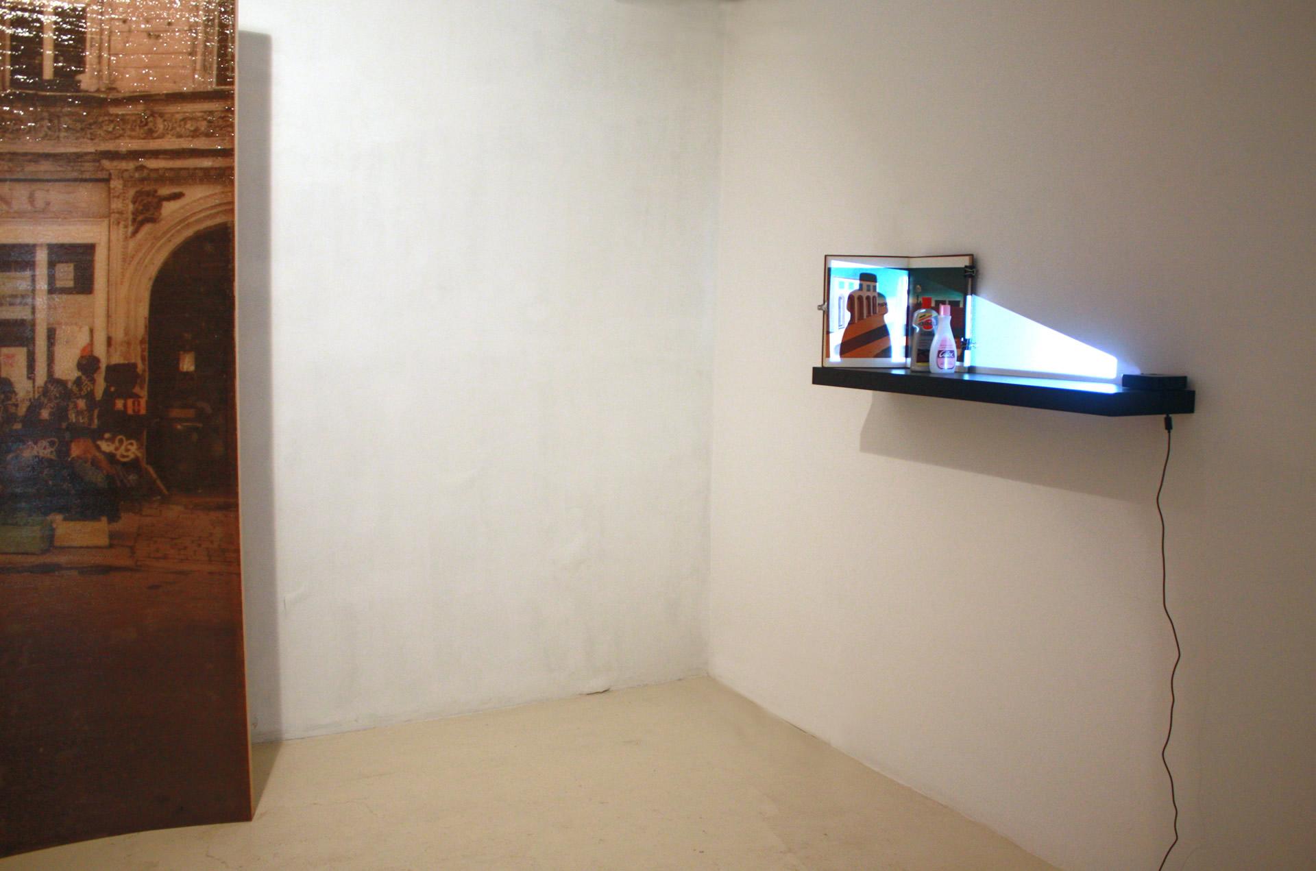 Vista de la exposición, con obras de Amador y Eulàlia Valldosera