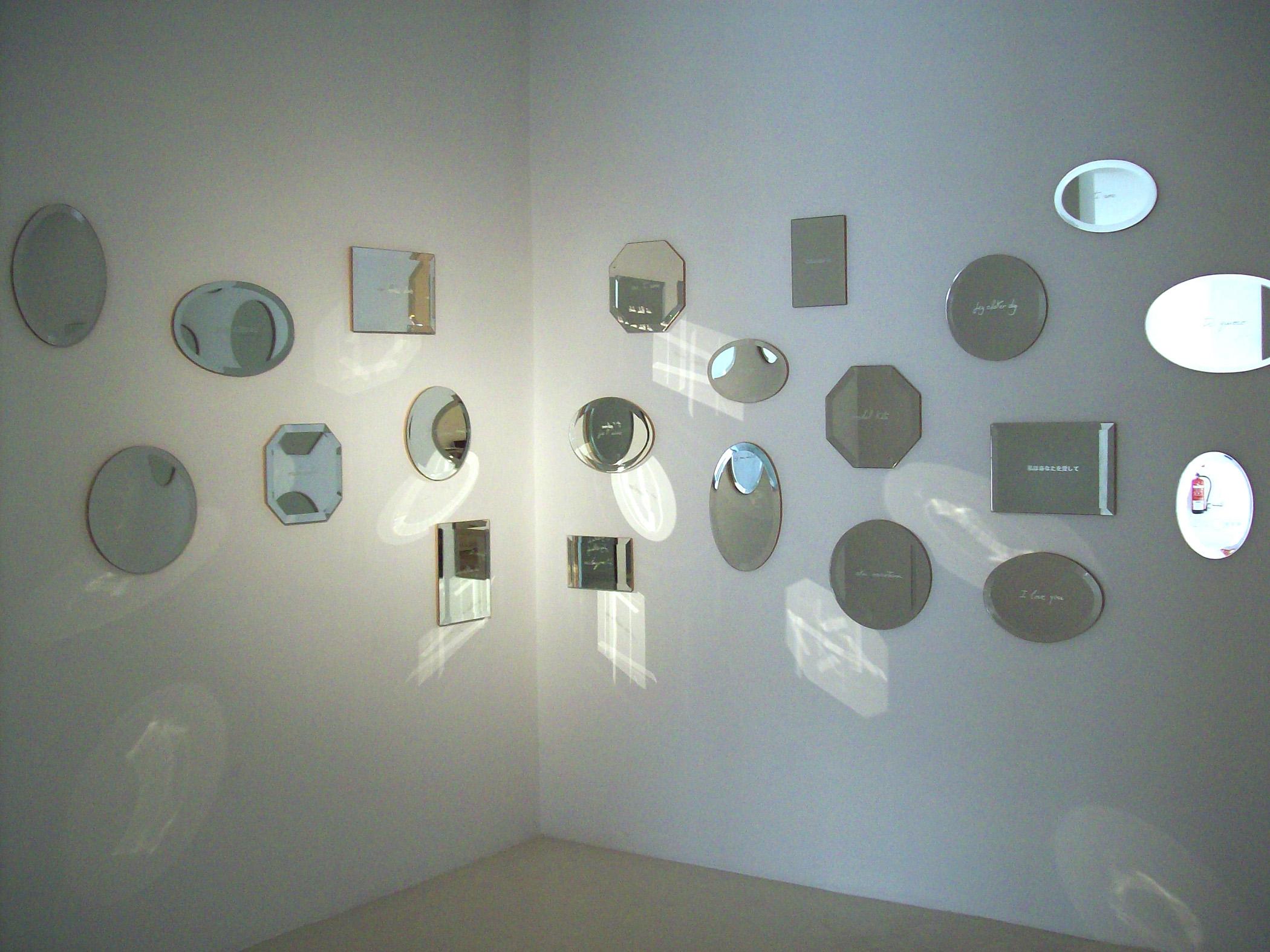 La mirada transparente, espejos, 2011, instalación de 23 espejos